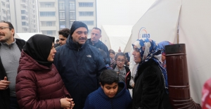 Vali Kaldırım ve eşi, Depremzede Vatandaşları Ziyaret Etti