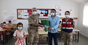 İl Jandarma Komutanı Yıldız, Minik Öğrencileri Yalnız Bırakmadı