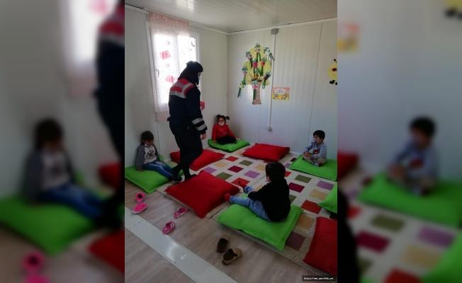 Jandarmadan Konteyner Kentteki Depremzede Çocuklara Ziyaret