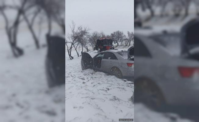 Karda yolda kalan araçları Jandarma ekipleri kurtardı