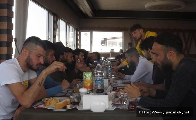 Futbolcular ve teknik heyet kahvaltıda biaraya geldi