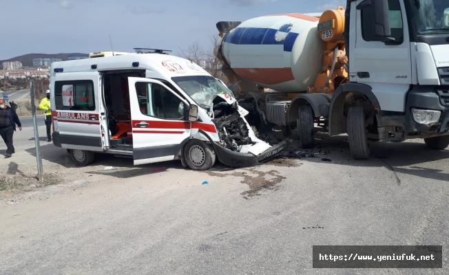 Ambulans Beton Mikseri ile Çarpıştı 5 Yaralı