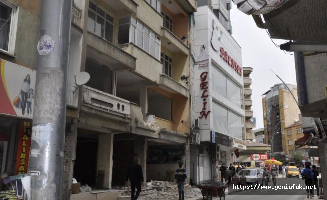 Elazığ'ın Kalbindeki Hasarlı Bina  Korku Saçıyor