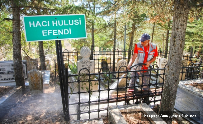 Mezarlık Alanları Bayrama Hazırlandı