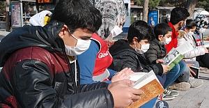Kızılay Gönüllüleri ve Öğrenciler Açık Alanda Kitap Okudu