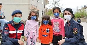 Jandarma ekiplerinden, Covid-19 denetimlerinde çocuklara yakın ilgi