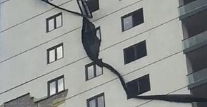 Depremin Yıkamadığı Binayı Rüzgar Döküyor