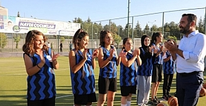 Başkan Şerifoğulları, Belediyenin Yaz Spor Okullarında Miniklerle Maç Yaptı